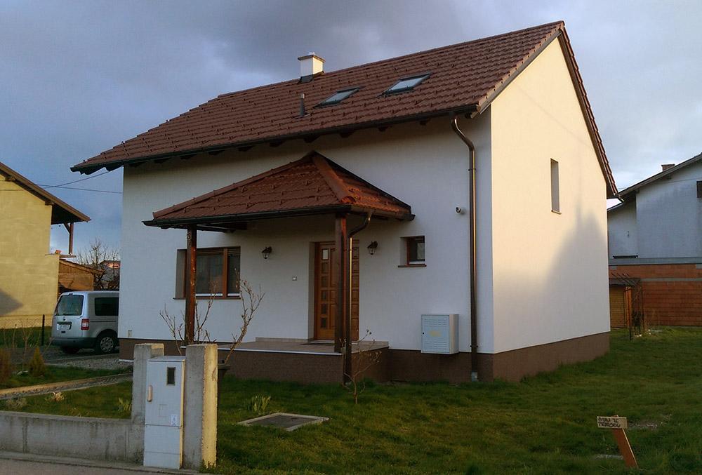 Izgradnja obiteljske kuće s uređenjem fasade. Nosivi zidovi izgrađeni su POROTHERM blokom. Ugrađeni je ETIX fasadni sustav sa stiroporom. Krov je pokriven glinenim crijepom.