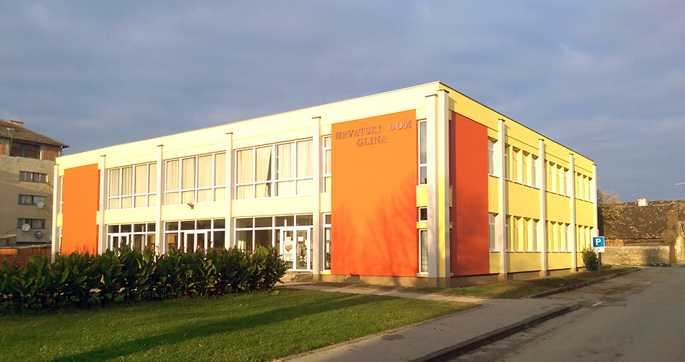 Toplinska zaštita vanjske ovojnice zgrade Hrvatskog doma u Glini: ETICS fasadni sustav sa stiroporom debljine 15 cm. Izrada toplinske izolacije krova kamenom vunom debljine 14 cm.