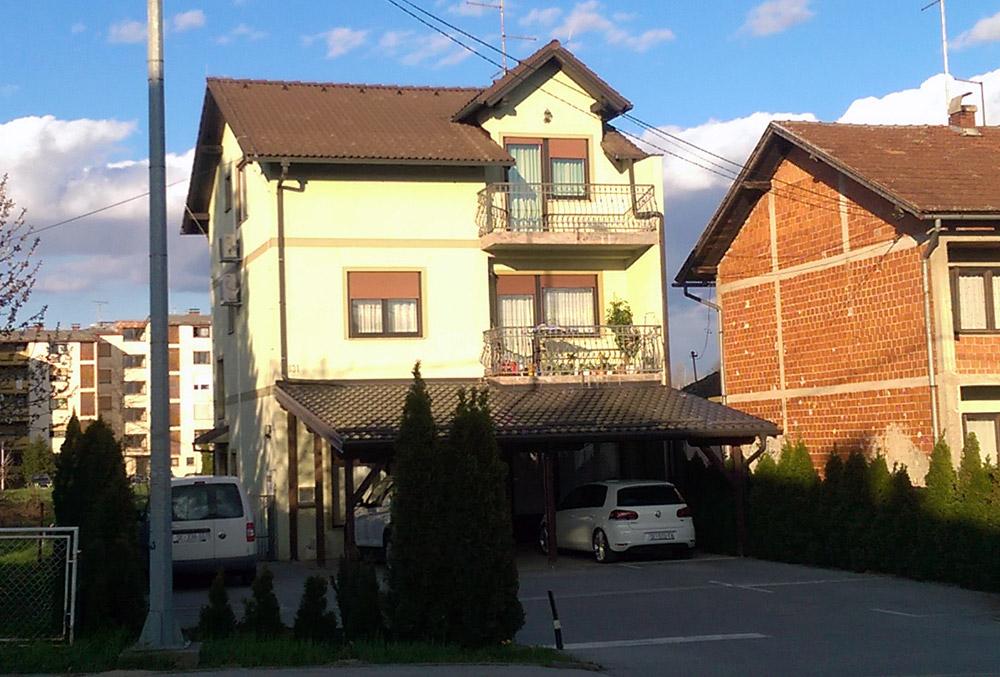 Igradnja obiteljske kuće s uređenjem fasade. Vanjski nosivi zidovi objekta izgrađeni su YTONG blokovima debljine 40 cm. Fasada je ožbukana YTONG produžnom žbukom na koju je stavljen završni sloj sepa. Krov je pokriven BRAMAC betonskim crijepom.